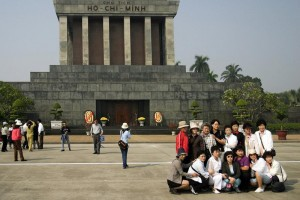 ho-chi-minhs-mausoleum-and-tourists_9290467_m