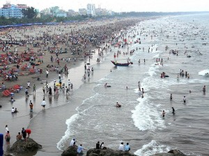 sam-son-beach-in-thanh-hoa-province-is-crowded-with-tour-sam-son
