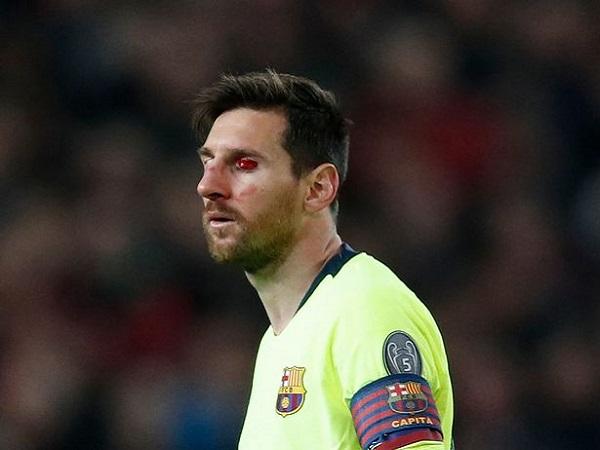 Messi đổ máu tại Old Trafford sau cú đánh từ Smalling